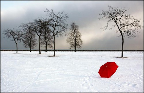 payung-merah-di-tengah-salju